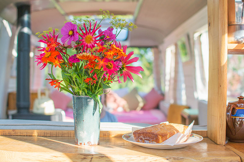 majestic-bus-cake-and-flowers